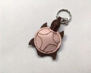 rózsaszín teknősbéka kulctartó